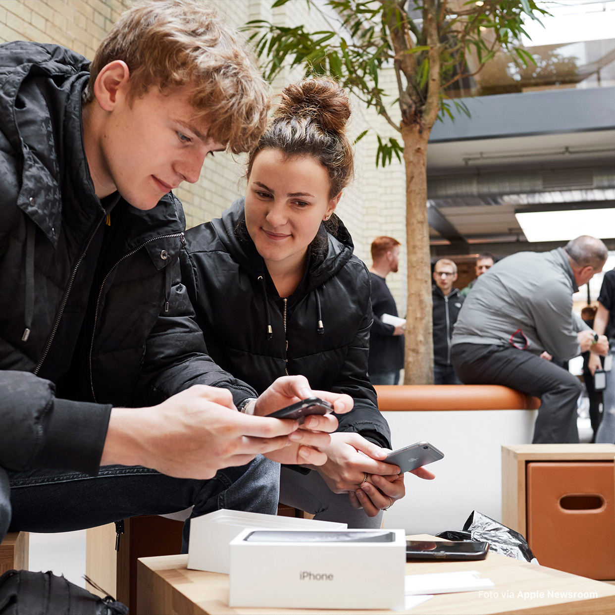 "Bil­der­stre­cke im Apple Newsroom: ""iPhone X🅁 now available around the world"""